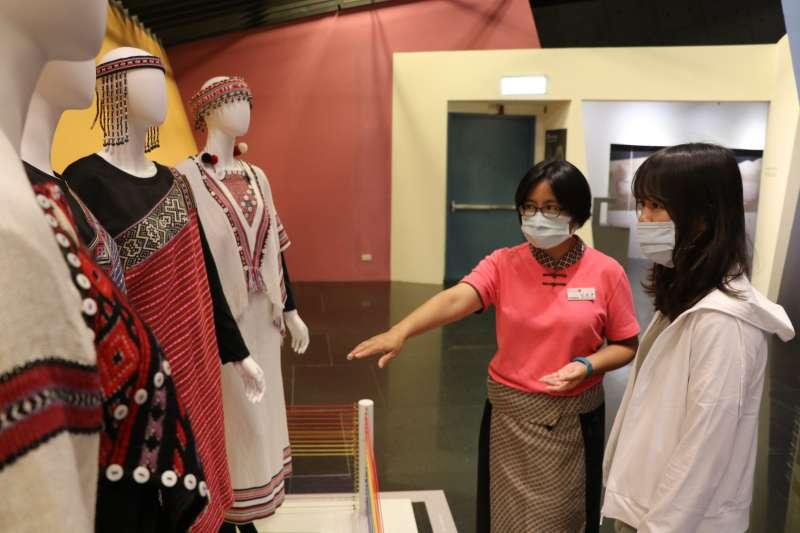「彩虹的誓約-泰雅編織文化特展」,展出泰雅族傳統與新創的精美織品,包含各式長衣、短衣、胸兜、披肩、新娘嫁衣,以及象徵榮耀的凱旋衣,值得一看。(圖/新北市十三行博物館提供)