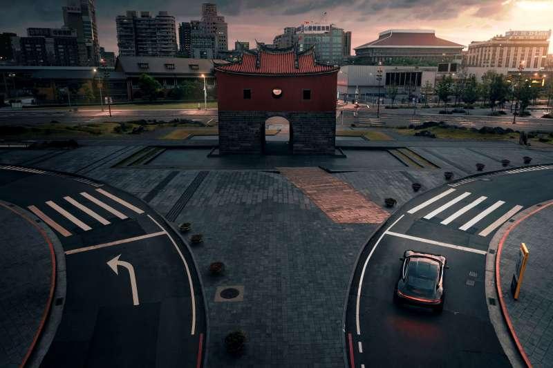 保時捷Taycan在台灣街頭低調現身,以其洗鍊身影演繹「Soul, electrified. 電掣神馳」的寂靜魅力。(圖/台灣保時捷提供)