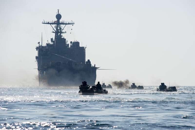 美軍的兩棲突擊載具(AAV),背後是「橡樹山號」船塢登陸艦(LSD 51)。(美國海軍官網)