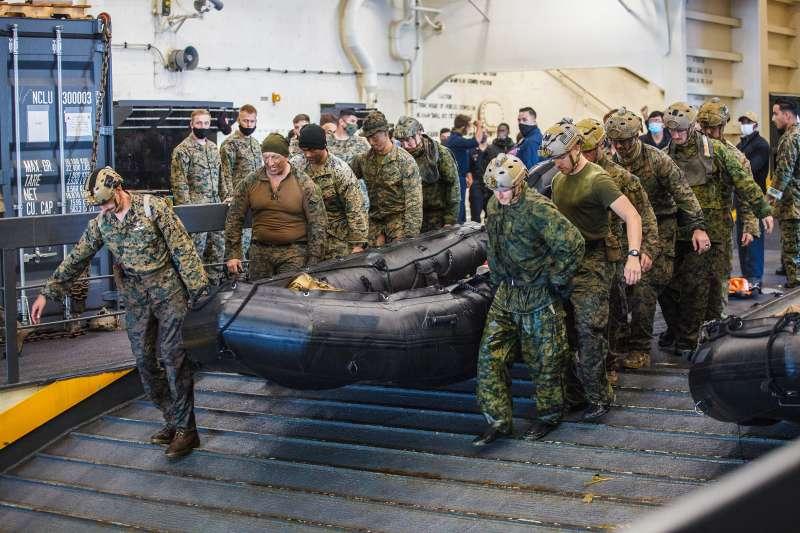 美軍陸戰隊員從桑莫塞特號船塢平台登陸艦(USS Somerset)出動,準備進行失蹤同袍的搜救任務。(美國海軍官網)
