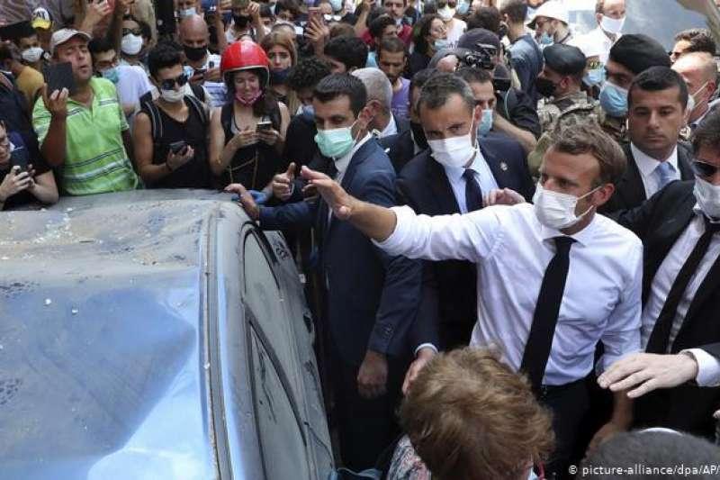 馬克宏到訪貝魯特災區時,被媒體和群眾簇擁,在護衛的保護下勉強巡視。(圖/德國之聲)