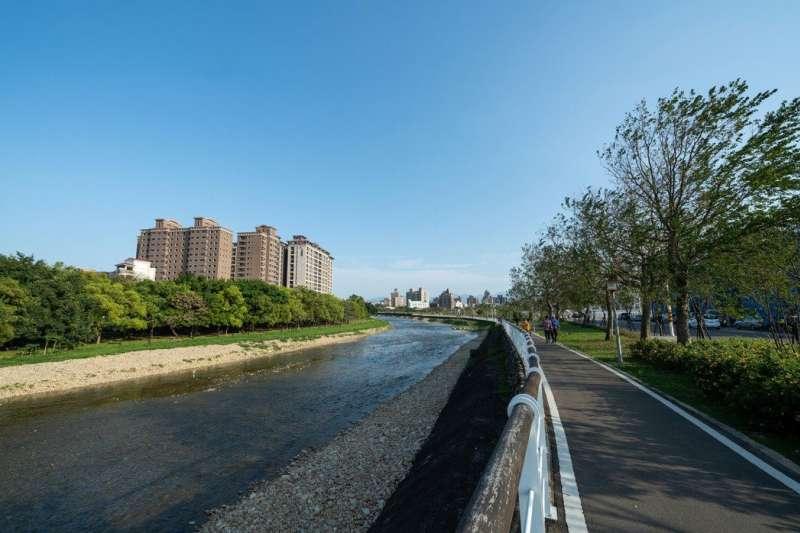 小檜溪重劃區擁有高綠覆率與水岸景觀形成優質的居住環境。(圖/東騰開發)