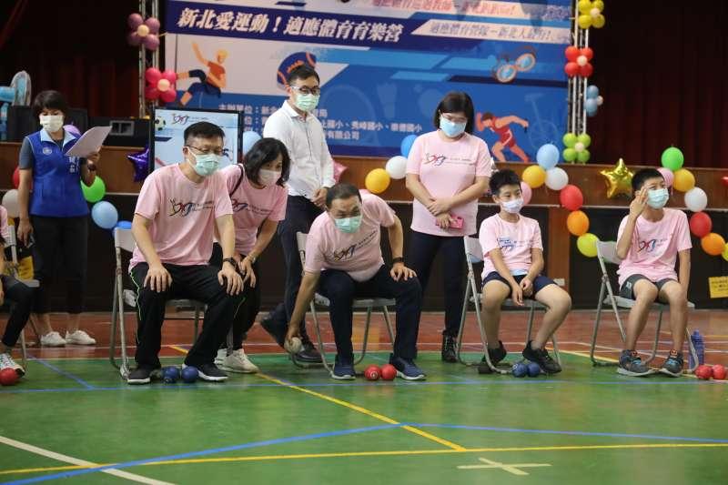 侯友宜和身障孩子分組進行地板滾球大賽。(圖/新北市教育局提供)