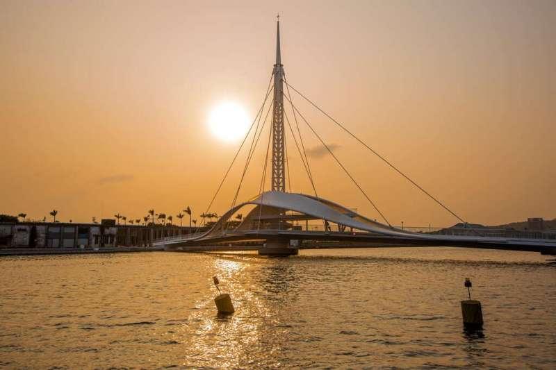 台灣第一座水平旋轉橋「大港橋」。(圖/高雄市政府提供)