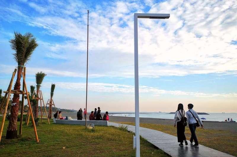 沉浸在旗津的臨海木棧步道海天一色的風光。(圖/高雄市政府提供)