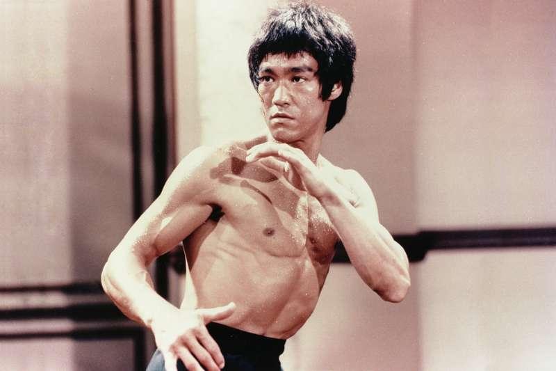 李小龍認為,「警戒架勢」是其武術的起始架勢,所有招式皆可隨時藉此啟動,同時也是面對人生的最佳姿態。(圖/Brucelee)