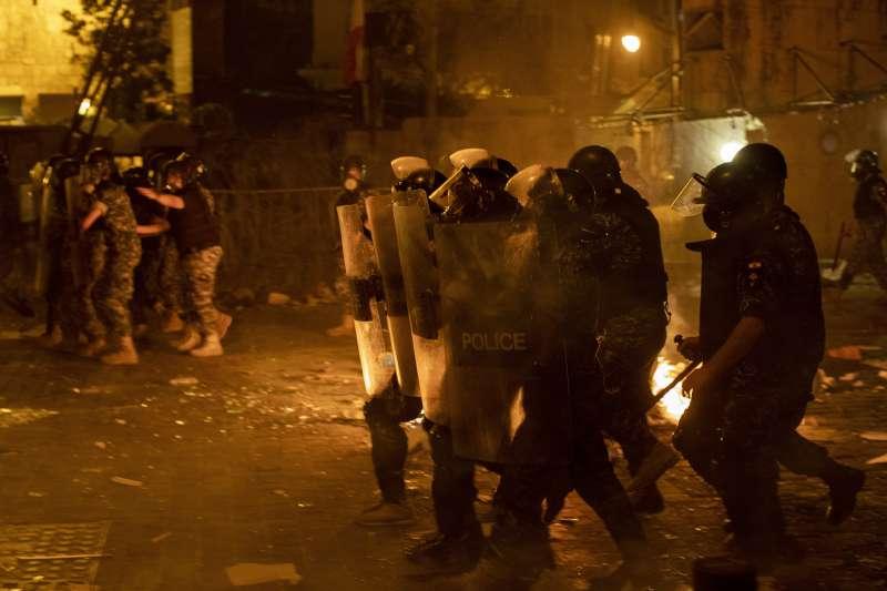 黎巴嫩民眾抗議政府疏忽導致貝魯特大爆炸,卻遭警察以催淚彈回擊。(AP)