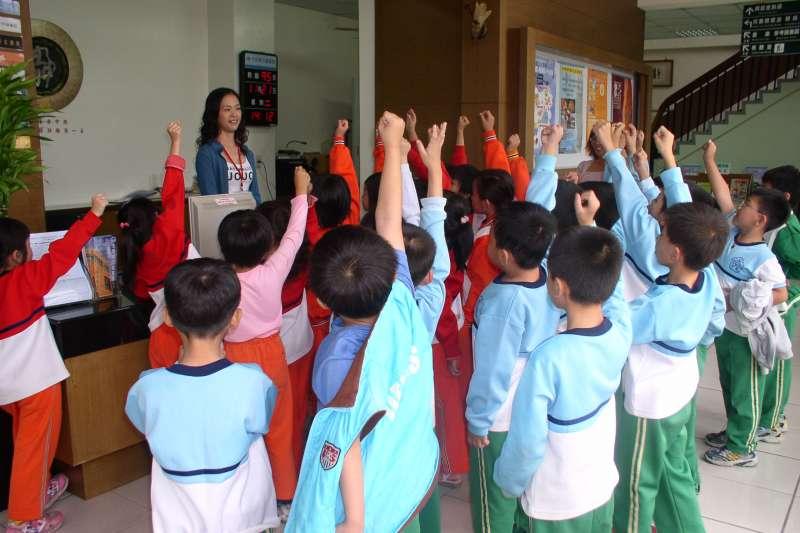 大安分館與在地遊覽車業合作,每學期載著幼兒園、國中小學校戶外教學至圖書館推廣圖書館利用教育 (圖/台中市立圖書館提供)