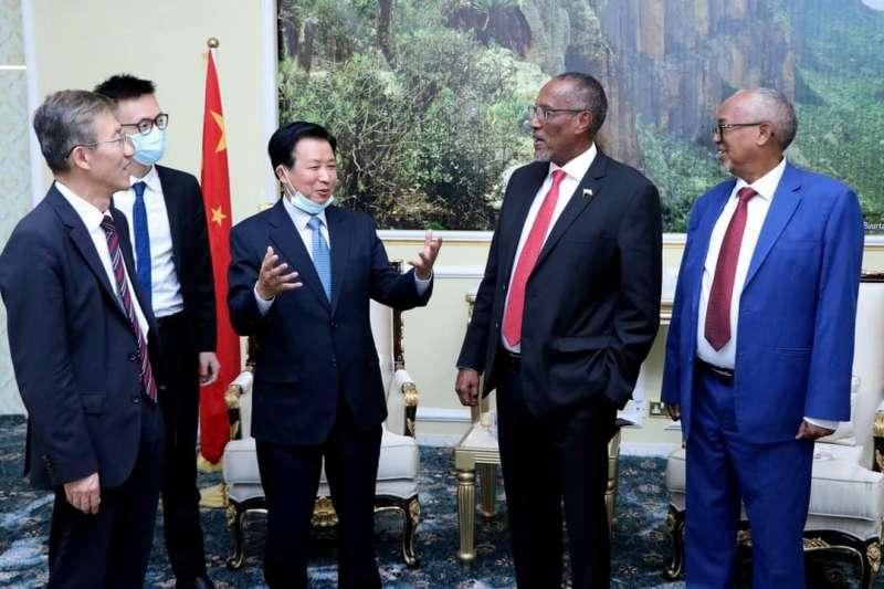 索馬利蘭總統阿布迪(右2)接見中國中非合作論壇事務大使周欲曉(左3)(翻攝推特)