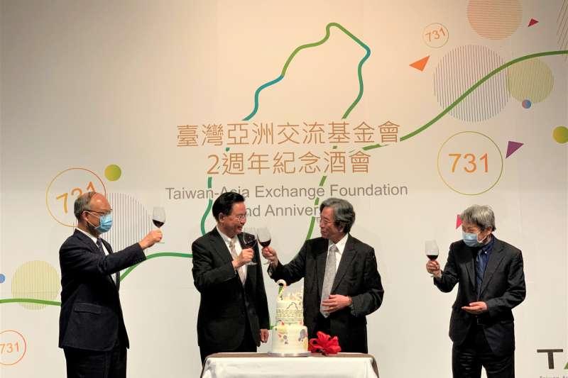 台灣亞洲交流基金會成立2周年:董事長蕭新煌與外交部長吳釗燮(中間2人)舉杯慶祝(簡恒宇攝)
