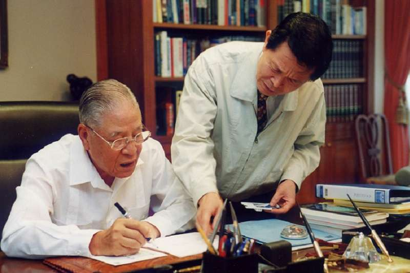作者為李登輝辦理國民黨員總登記,李登輝成為終身黨員 (2000年9月)(趙守博提供)