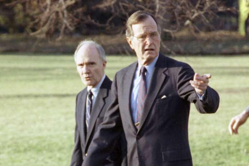 前白宮國安顧問史考克羅(左一),服務於兩屆美國總統福特與老布希,2020年8月8日以95歲高齡壽終正寢。(AP)