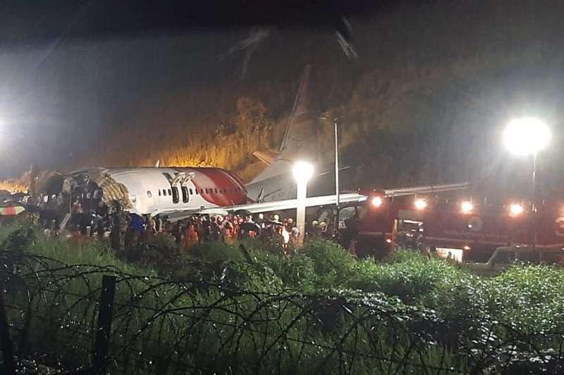 2020年8月7日,印度南部驚傳空難,一架客機降落時衝出機場跑道、斷成兩截,造成慘重死傷(AP)
