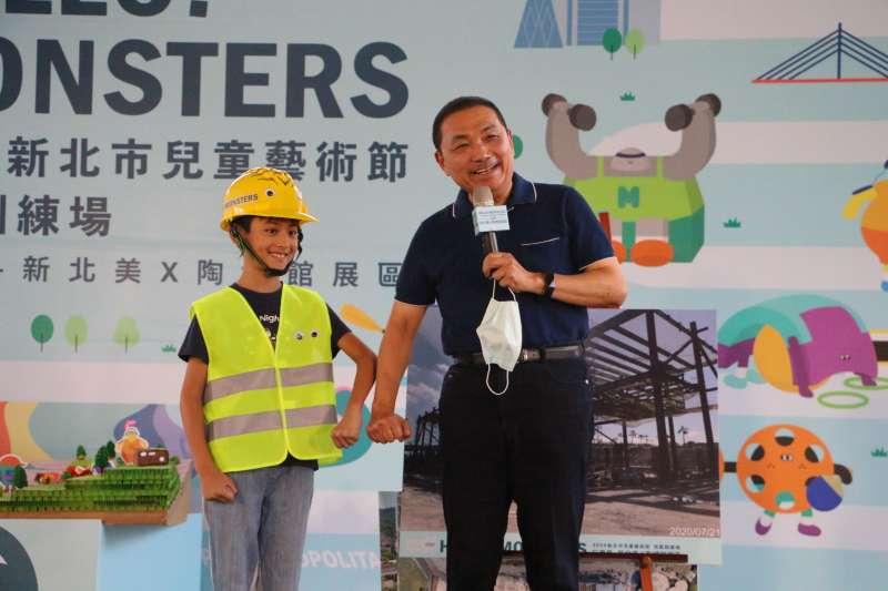 小小工程師和侯友宜報告新北市立美術館工程進度(圖/新北市文化局提供)