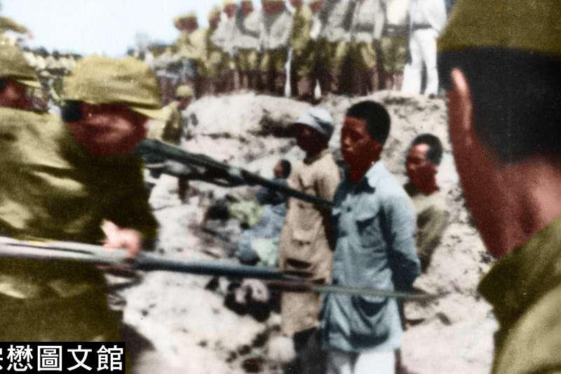 1937年底,日軍以刺刀將中國戰俘活活刺死,日軍並且命令部隊中的新兵以中國戰俘為練習刺刀的對象。(圖/徐宗懋圖文館)