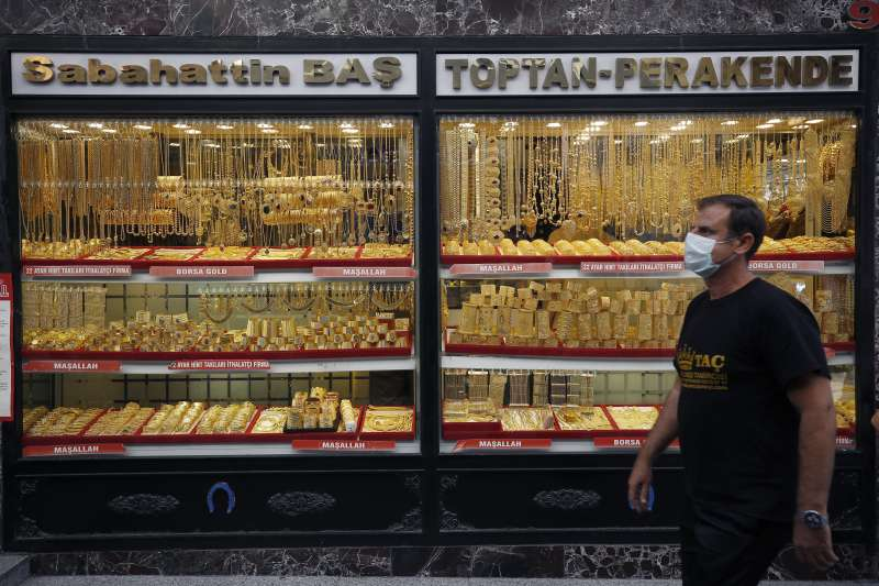 元大S&P黃金ETF研究團隊預期因為今年油價低基期的關係,可能將刺激明年通膨,也讓黃金成為經濟復甦初期避險的選擇。(資料照,美聯社)
