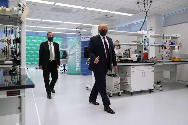 美國總統川普與衛生部長艾薩(AP)