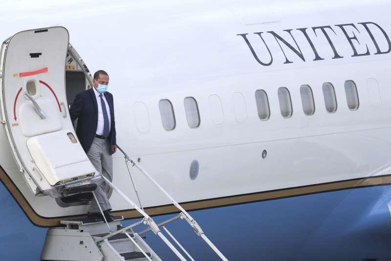 2020年8月9日,美國衛生部長艾薩(Alex Azar II)訪團搭乘專機抵達台灣松山機場。(AP)
