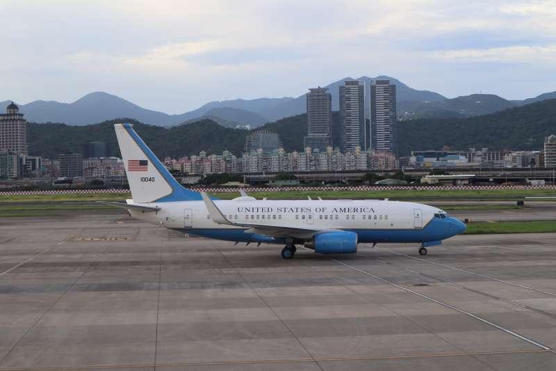 2020年8月9日,美國衛生部長艾薩(Alex Azar II)訪團搭乘專機抵達台灣松山機場。(簡恒宇攝)