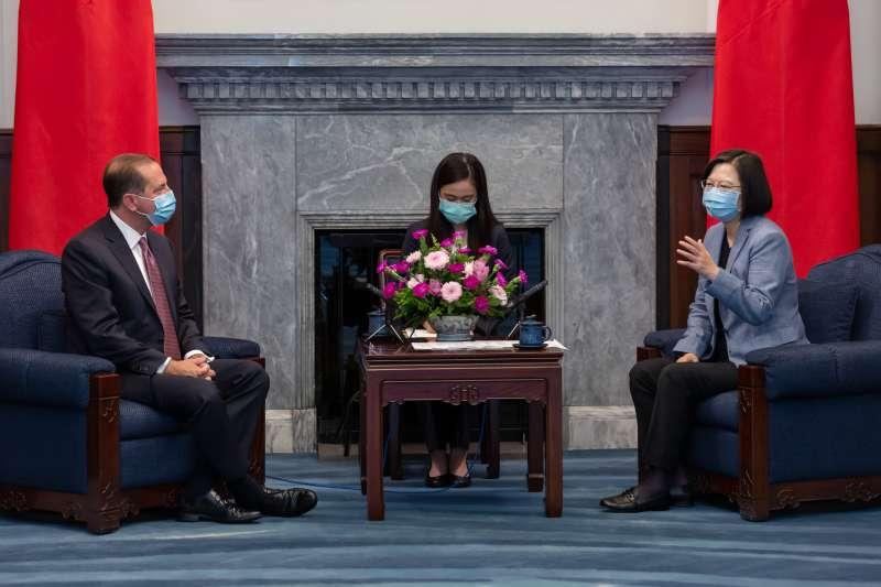 2020年8月10日,蔡英文總統接見「美國衛生部長艾薩(Alex Azar)訪問團」,艾薩在致詞時把「蔡」總統,發音為「習」總統。(總統府)