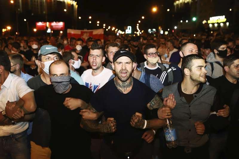 白俄羅斯總統大選:掌權逾20年的現任總統盧卡申科(Alexander Lukashenko)以壓倒性優勢勝選,大批質疑選舉結果不公的民眾上街抗爭(AP)