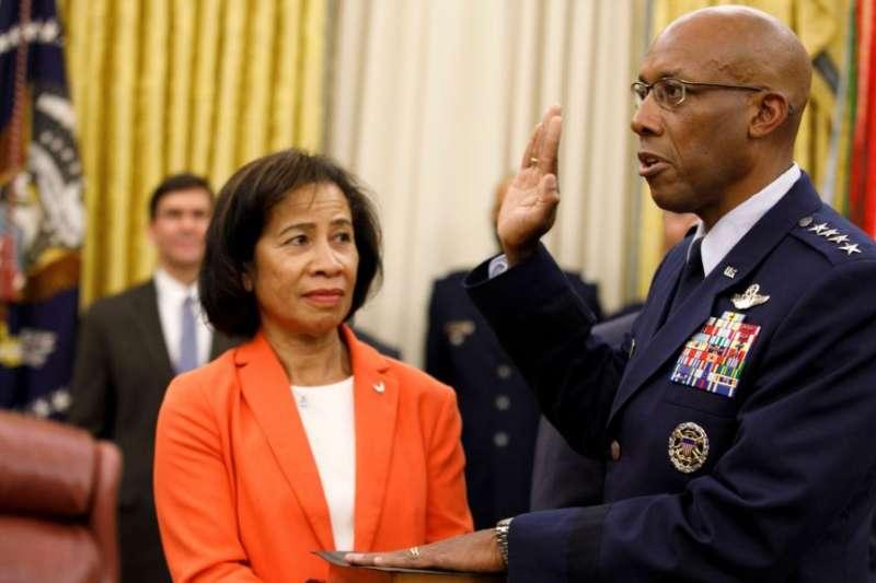 小查爾斯・布朗上將在手持聖經的妻子的陪伴下在白宮橢圓形辦公室宣誓就任空軍參謀長。(美聯社)