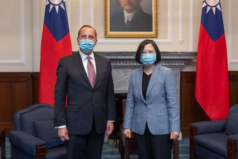 美國衛生部長艾薩(左)訪問團透過團進團出等方式,無須隔離14天即可在國內活動,與總統蔡英文(右)會面。(資料照,總統府提供)