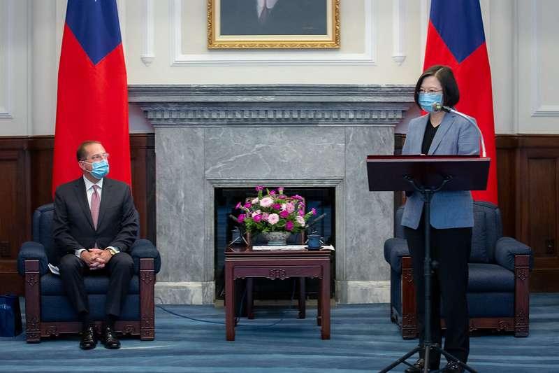 總統蔡英文(右)10日接見美國衛生部長艾薩(左)訪問團。(總統府提供)