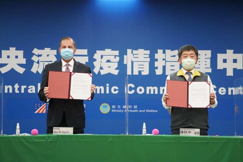 20200810-美國衛生部長艾薩(左)與衛福部長陳時中(右)共同見證台灣美國事務委員會主任委員楊珍妮與美國在台協會台北辦事處處長酈英傑代表雙方簽署「醫衛合作瞭解備忘錄」。(盧逸峰攝)