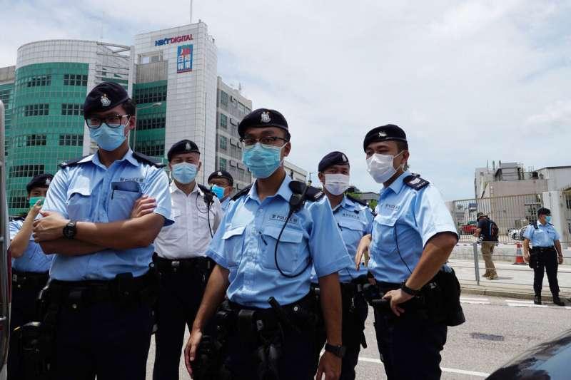 香港《蘋果日報》大樓遭近兩百名警察入內搜索。(美聯社)