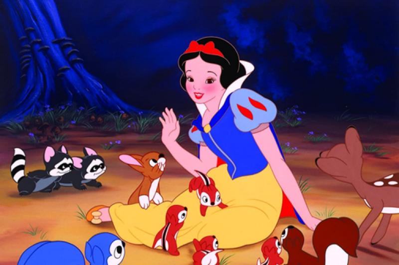 原版白雪公主故事中,王子其實是有戀屍癖,昏迷的公主被王子撿回家後,在某天意外咳出哽在喉嚨裡的毒蘋果才醒來。(圖/IMDb)