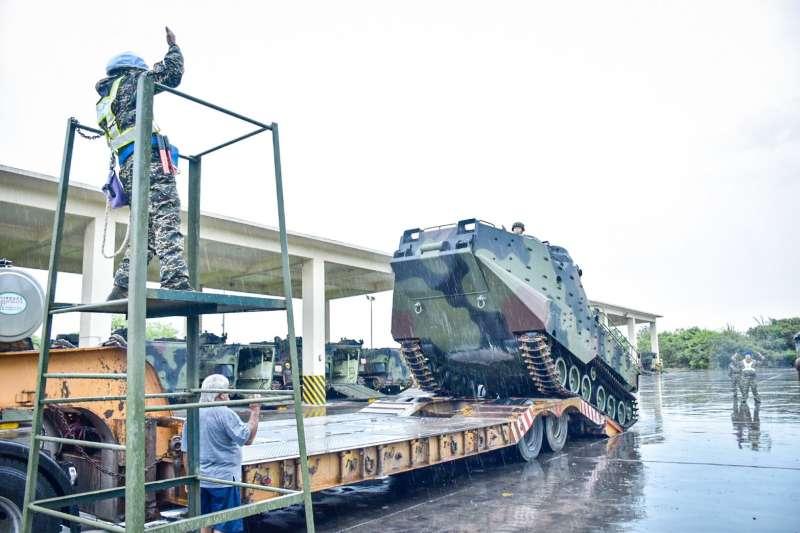 20200810-海軍陸戰隊AAV7兩棲突擊車上拖板車。(海軍司令部提供)