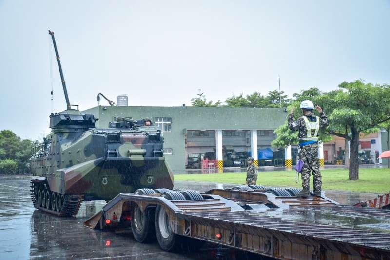 國軍對於海軍陸戰隊AAV7兩棲突擊車進行為期2周特檢,10日順利「超前部署」。(海軍司令部提供)