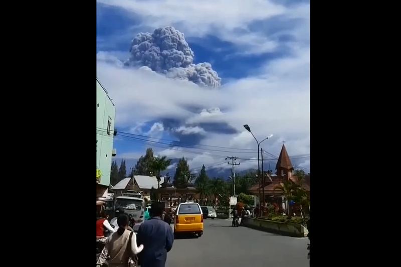 印尼蘇門答臘島(Sumatra)上隆隆作響的西納彭火山(MountSinabung)今天上午爆發,夾雜火山物質的噴發柱直衝5000公尺高空中。(圖/截自youtube)