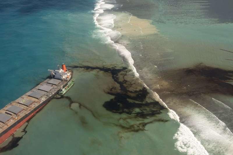 日本貨船「若潮號」2星期前在模里西斯淺海水域觸礁,逾1千噸燃油外漏(美聯社)