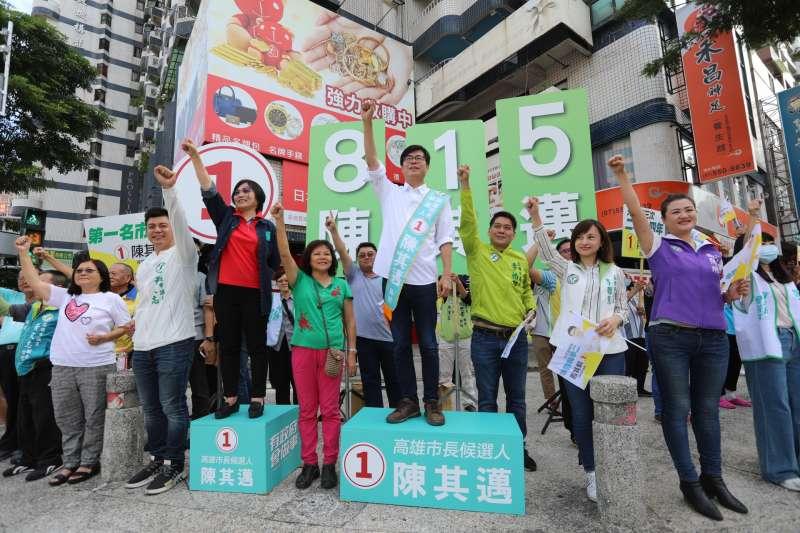 陳其邁今一早出現在自由明誠路口向民眾拜票。(圖/陳其邁競選總部提供)
