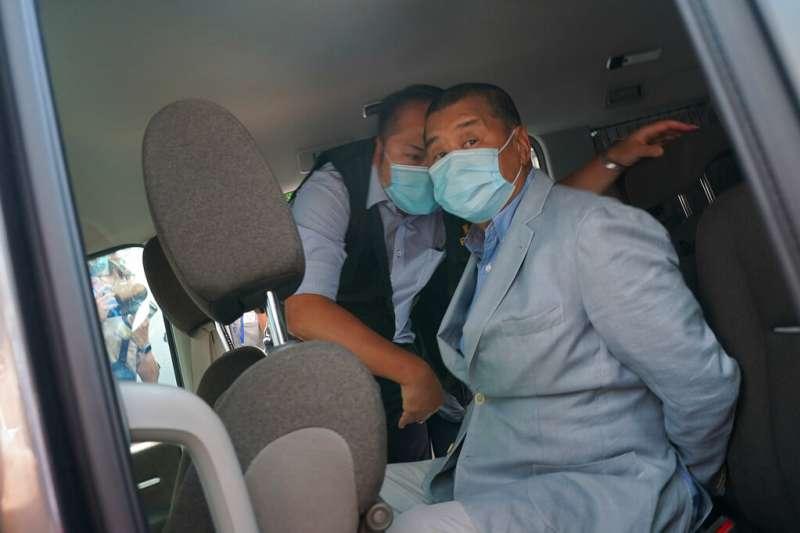 香港媒體大亨黎智英10日上午被香港警方上銬帶走。(美聯社)