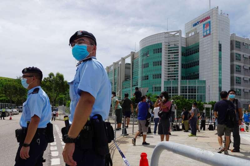 香港媒體大亨黎智英10日被警方上銬帶走後,很快出現在將軍澳的香港壹傳媒總部,並且被警方要求協助搜查。(美聯社)