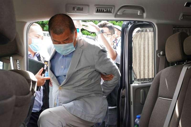 國民黨台北市議員羅智強表示,總統蔡英文雖然在去年不斷說「台灣撐香港」,但民進黨政府根本就拿不出具體有意義的撐港措施。圖為壹傳媒創辦人黎智英被香港警方逮捕。(美聯社)