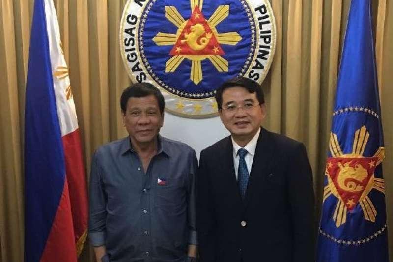 康友-KY董事長黃文烈(右)曾赴菲律賓考察,由總統杜特蒂親自接見。(取自康友-KY官網)