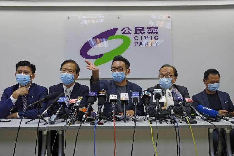 香港立法會:被取消參選資格的4名現任公民黨立法會議員,圖為其中2人郭家麒(左2)和楊岳橋(中)(AP)