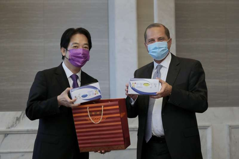 賴清德副總統(左起)11日午設宴,待美國衛生部長阿札爾(Alex Azar II)訪問團,並致贈彩色口罩給訪團一行。(總統府提供)