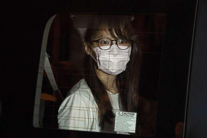 10日傍晚,前香港眾志成員周庭被依《港版國安法》勾結外國勢力罪名拘捕。(美聯社)