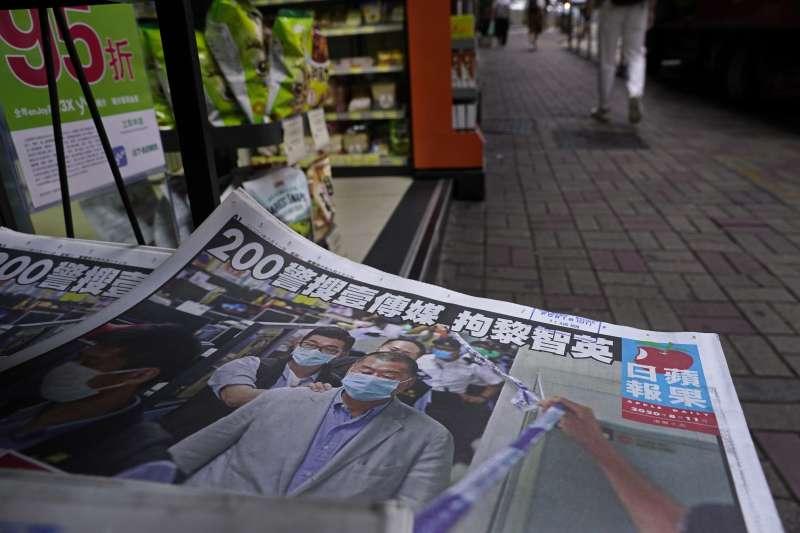 香港壹傳媒創辦人黎智英被捕後,香港人不僅買光《蘋果日報》,連帶壹傳媒股價逆勢飆漲。(美聯社)