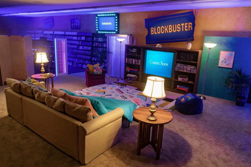 全球最後一家百視達化身為期間限定的Airbnb套房,幸運顧客能入住一晚並享受整夜的影音饗宴。(取自Twitter@Airbnb )