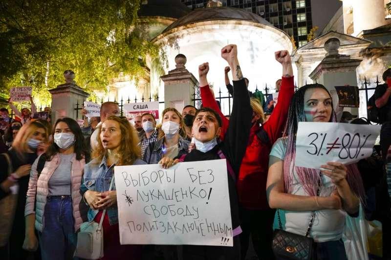 白俄羅斯總統大選:掌權逾20年的現任總統盧卡申科以壓倒性優勢勝選,大批質疑選舉結果不公的民眾上街抗爭(AP)