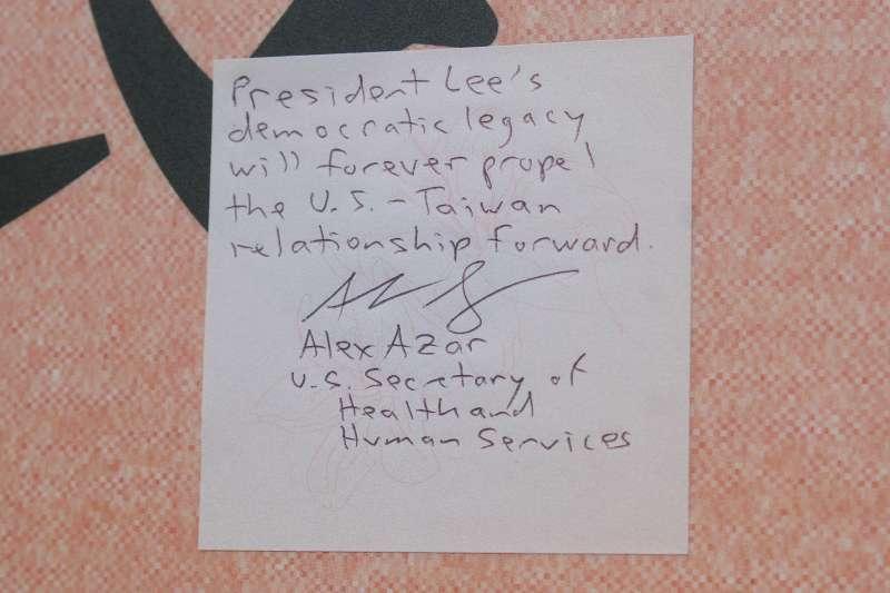 20200812-美國衛生部長艾薩(Alex Azar)(左)至前總統李登輝追思會場弔唁,並留言。(蔡親傑攝)
