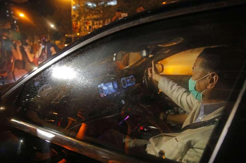 壹傳媒創辦人黎智英12日凌晨交保,搭車離開旺角警署。(美聯社)