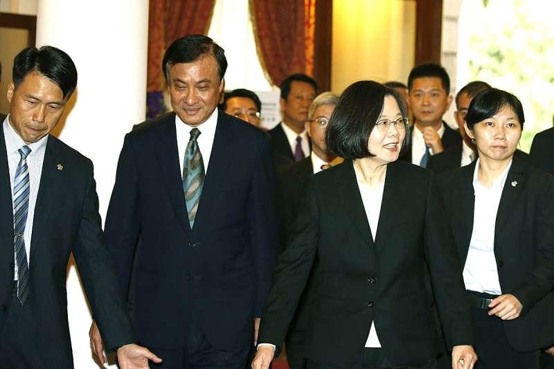 前立法院長蘇嘉全(左二)叔侄印尼行讓外館警戒可能有利益糾葛,蘇嘉全告質疑的國民黨人勝訴。(郭晉瑋攝)