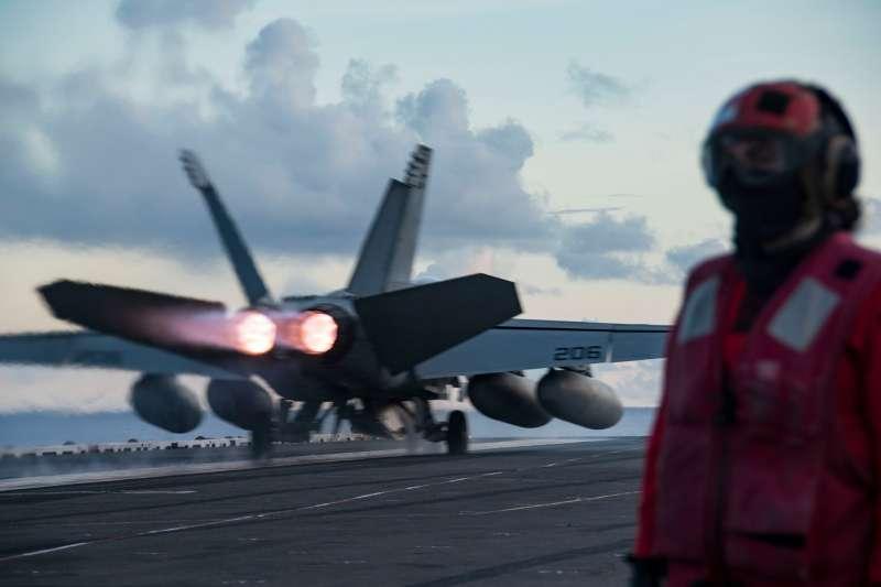 美軍雷根號航空母艦(CVN-76)的F/A-18超級大黃蜂正準備起飛。(雷根號臉書)